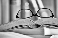 imagen-blanco-y-negro-de-vidrios-en-un-libro-49184773